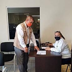 Personal de la Codhet acudió al Registro Civil, para que  se apoye al ciudadano con un acta de nacimiento.